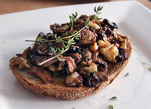 Obrázek - Opečený Toast s Houbami, Ořechy a Tymiánem