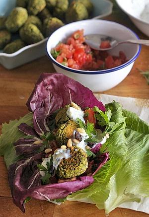 Obrázek - Letní Zelený Falafel s Ořechy a Čerstvými Bylinkami
