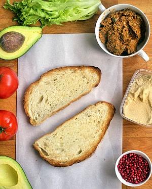Obrázek - Sendvič s Rajčatovo-Bazalkovým Pestem, Hummusem a Avokádem