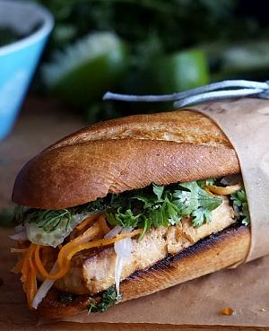 Obrázek - Bánh mì s pečeným tofu, koriandrem a nakládanou zeleninou
