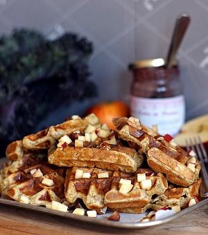 Obrázek - Waffle s jablky a lískovými ořechy