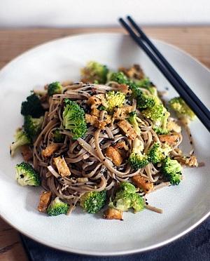 Obrázek - Soba nudle s brokolicí, ořechy a tempehem